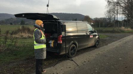 Vermessung-Bus-Drohnenpilot-Kundenmonitor-Kartierung-mittels-Drohne-Glasfaserausbar-Niedersachsen-Auskung-per-Drohne