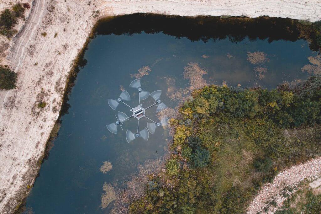 Photogrammetrische-Vermessung-per-Drohne-Hexacopter-im-Steinbruch-Felswand-Natursee