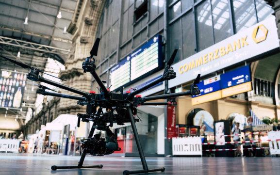 3D-Fassadenaufnahme-per-Drohne-zur-Vermessung-CAD-Modellierung-Hauptbahnhof-Frankfurt-Innen-Indoor-Photogrammetrie-Drohne-DB-Station-Service-Deutsche-Bahn