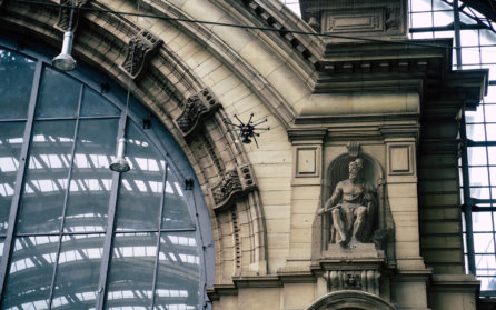 Drohne-Bahnhofsportal-Frankfurt-Main-Hauptbahnhof-Vermessung-historischer-Gebäude-3D-Scans-Nahbereichsphotogrammetrie-Laserscanning