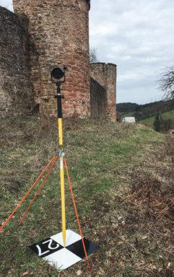 Tachymeter-Prismar-Passpunkt-3D-Vermessung-Burgen-per-Drohne-Bildvermessung-3D-Laserscans-Logxon-Burg-Freienstein-Odenwald-3