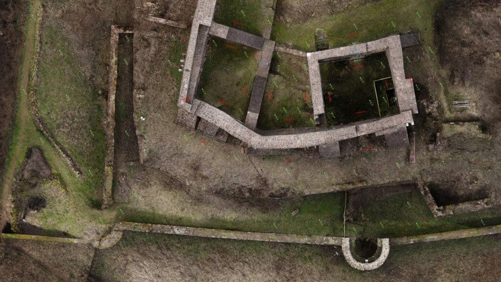 CAD-Modellierung-Ausschnitt-Orthofoto-mit-Grundriss-CAD-Plan-3D-Drohnenvermessung-einer-Burgruine-Burg-Vermessung