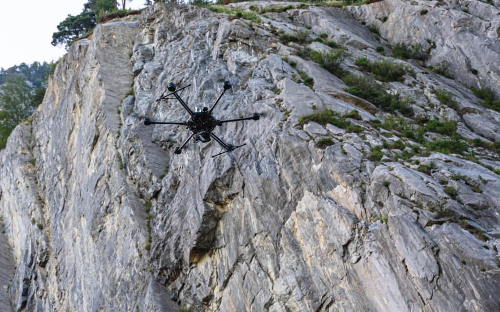 LOGXON-Porter-Drohne-UAV-untersichtig-Felswand-Steinbruch-zur-photogrammetrische-Gelaendeaufnahme-im-Rahmen-einer-drohnengestuetzten-Deponie-Vermessung-Felsberg-Deponie-Schweiz