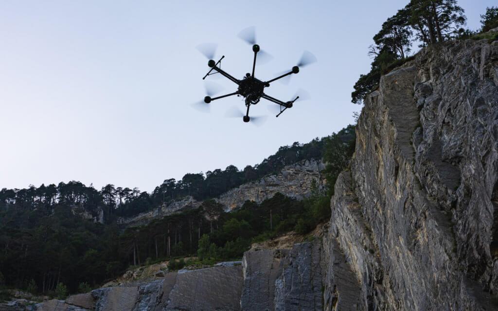 LOGXON-Porter-Drohne-UAV-Felswand-Steinbruch-Deponie-zur-photogrammetrische-Gelaendeaufnahme-im-Rahmen-einer-drohnengestuetzten-Deponie-Vermessung