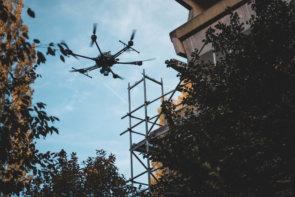 Drohne-vor-Gerüst-am-Gebaeude-3D-Fassadenvermessung-LiDAR-Scanner-Drohne-Frankfurt-Hochhaus-Wohnkomplex