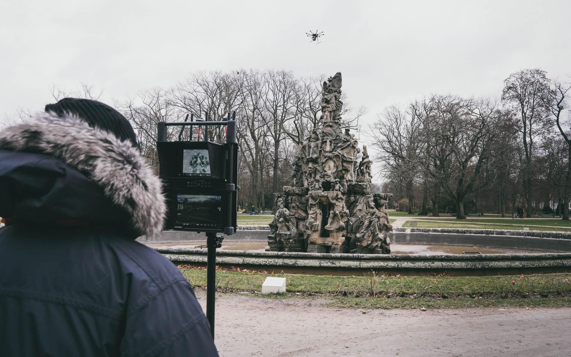 Drohnenpilot-Pilotbild-Monitor-DJI-S1000-plus-photogrammetrie-Drohne-LOGXON-Hugenottenbrunnen-Erlangen-3D-Vermessung-Denkmalschutz-Drohne-terrestrischer-Photogrammetrie