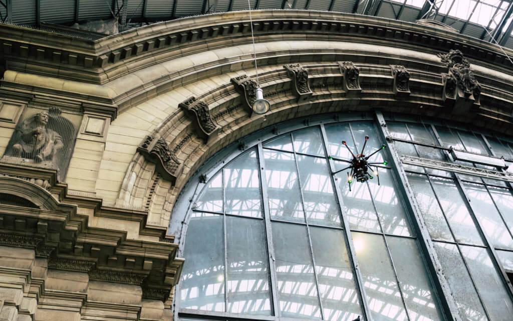 Spezialeinsatz im Hauptbahnhof Frankfurt: 3D Fassadenaufnahme per Drohne zur Vermessung und CAD Modellierung