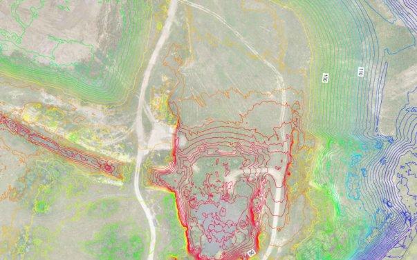 Ausschnitt-Hoehenlinienplan-mit-Orthofoto-Ergebnis-DGM-Erstellung-eines-Steinbruchs-aus-Drohnendaten