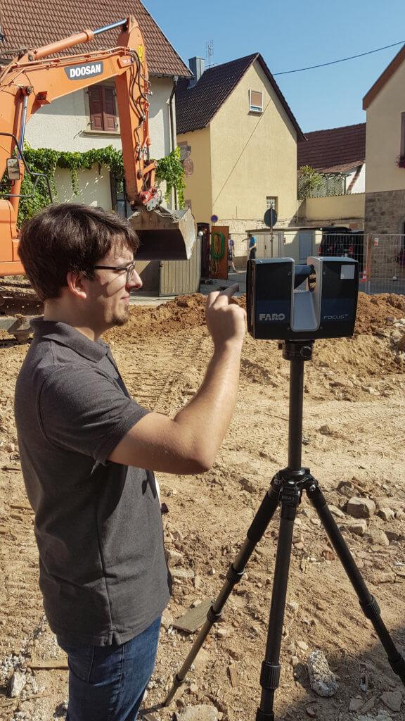Terrestrischer-FARO-Laserscanner-Operator-Kombinierte-3D-Gebaeudeaufnahme-Drohne-Laserscanner-Weingut-Pfalz