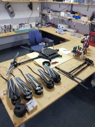 Drohne-LOGXON-Porter-UAV-Hexacopter-Multicopter-Carbon-Bearbeitung-Akkuhalter-Aufbau-Fertigstellung-Details-Hangar