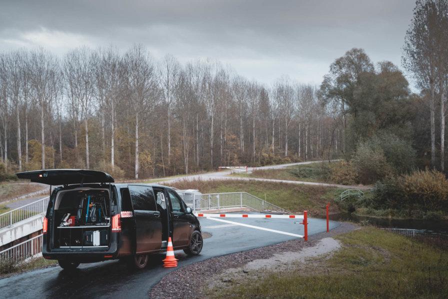 Logxon-Einsatzfahrzeug-Vermessungsfahrzeug-Auto-Mercedes-vito-Drohnenfahrzeug-schwarz-Absperrung-Heckklappe