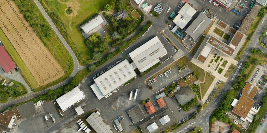 Industriegebiet-Gebaeudeaufnahme-Verzerrungsfreies-georeferenziertes-Luftbild-Passtrasse-True-DOP-Digitales-True-Orthophoto-aus-Drohnenaufnahmen