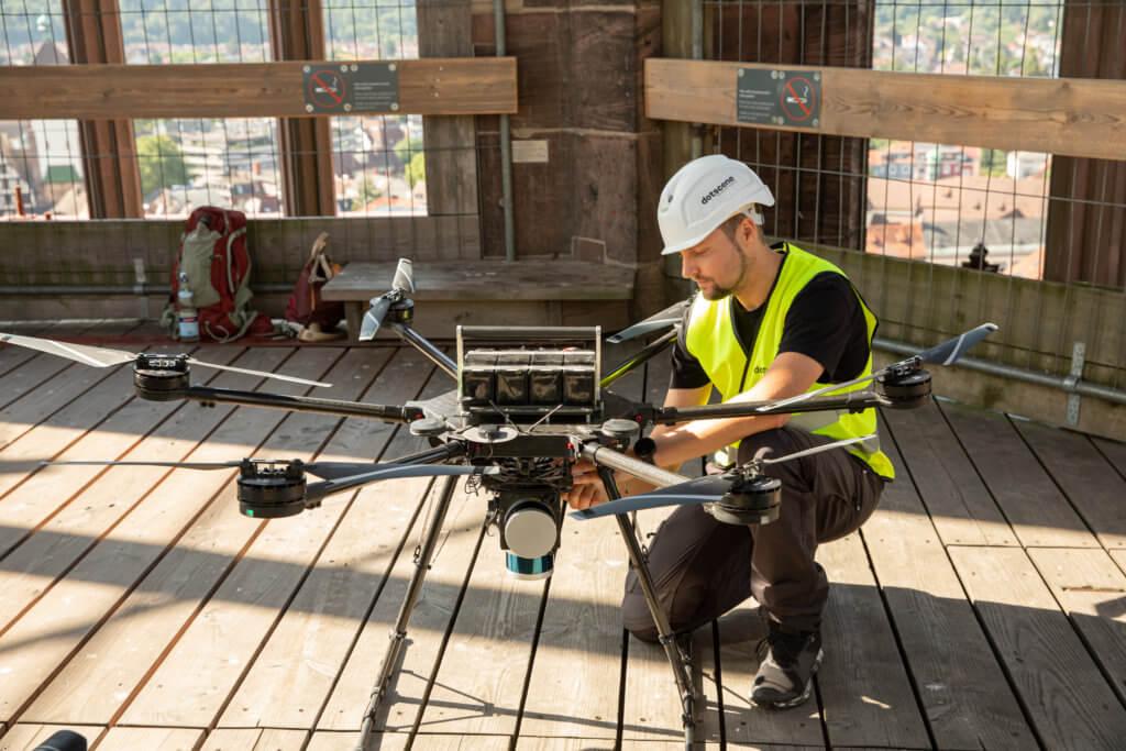 LOGXON-Freiburg-Muenster-Vermessung-Laserscan-Porter-Pilot-Drohne-Drohnenpilot-abflugbereit-3D-Kirchen-Vermessung-per-Drohne