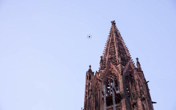 LOGXON-Freiburg-Muenster-Vermessung-Laserscan-Porter-an-der-Spitze-Drohne-Inspektion-3D-Kirchen-Vermessung-per-Drohne