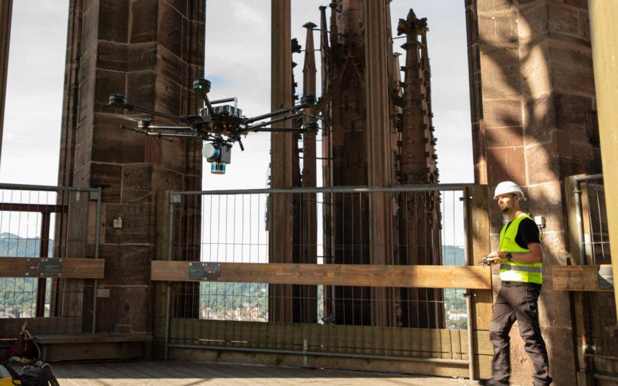 LOGXON-Freiburg-Muenster-Vermessung-Laserscan-Porter-Pilot-fliegt-Indoor-präzise-3D-Kirchen-Vermessung-per-Drohne