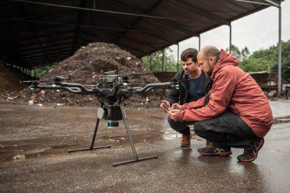 Logxon- drone-operator-lidar-operation-prepare-survey-mission-two-tablet-communication